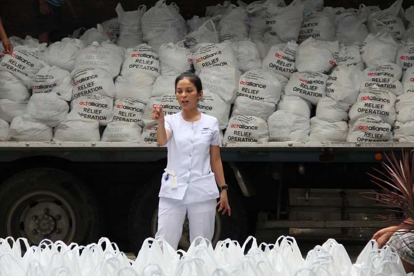 Volunteers from the National Council of Churches of the Philippines (NCCP) packing relief items in Manila for the victims of super typhoon Haiyan. Photo: NCCP