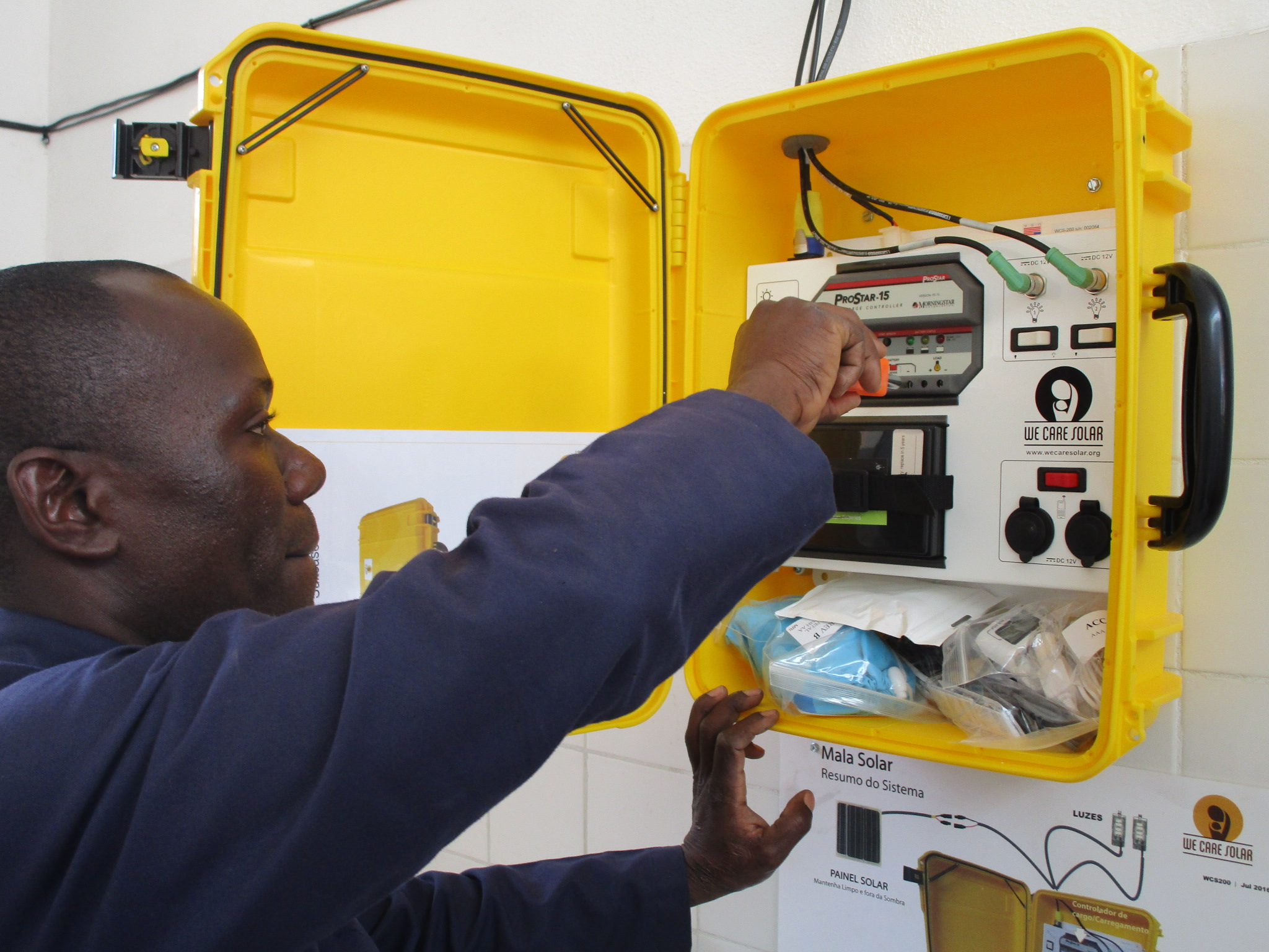 Installing solar suitcases in rural health clinics in Mozambique powers lights and charges electronics, allowing babies to be delivered safely at night. Photo: Zaida Bastos